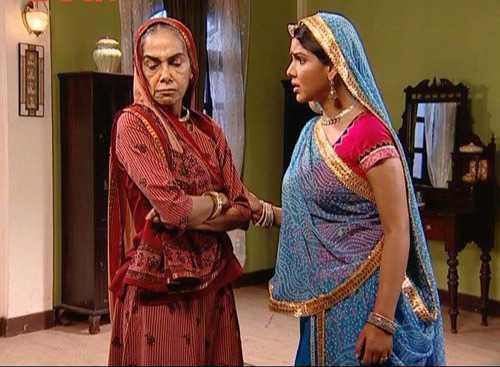 Bà Kalyani (trái)từng mê muội đi tin vào mọi lời nói của con gái nuôi Tipri.