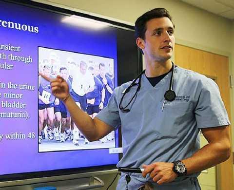 Bác sĩ Mikhail thường xuyên tham gia giảng dạy các khóa học chuyên môn. Ảnh: Nextshark.