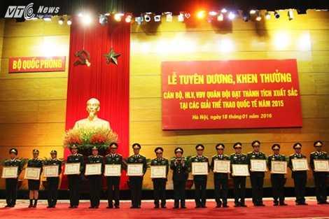 Đại tướng Đỗ Bá Tỵ trao Bằng khen của Bộ Quốc phòng cho các VĐV - Ảnh: Hồng Pha
