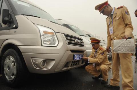 CSGT gắn biển ưu tiên cho xe phục vụ Đại hội Đảng toàn quốc lần thứ 12