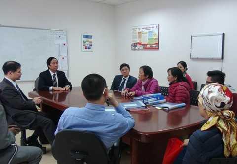 GS Terunuma (người bìa trái) cùng các bác sĩ Bệnh viện Vinmec Times City tư vấn cho khách hàng về phương pháp miễn dịch tư thân điều trị ung thư.