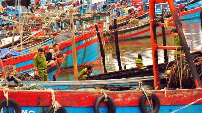 """Hàng chục tàu cá đã phải """"tháo chạy"""" ngay trong đêm để tránh lửa cháy lan - Ảnh: Trần Mai"""