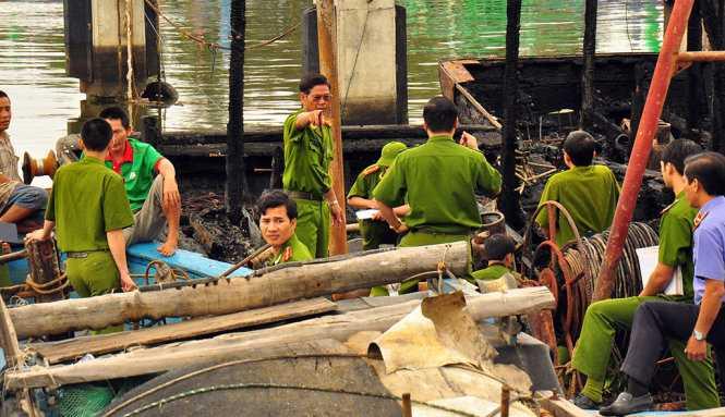 Công an tỉnh Quảng Ngãi đang khám nghiệm hiện trường, điều tra nguyên nhân - Ảnh: Trần Mai