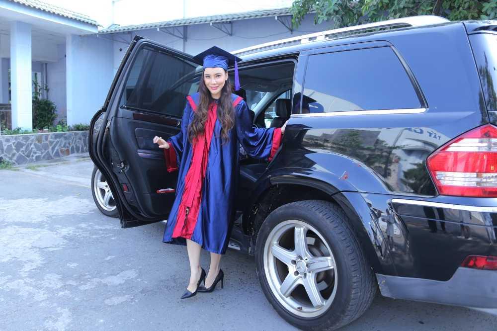 Hồ Quỳnh Hương đi xe sang bạc tỷ đến nhận quyết định trở thành giảng viên.