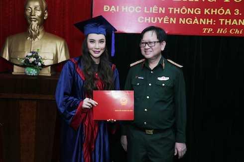 Hồ Quỳnh Hương cùng thầy hiệu trưởng Thiếu tướng, Nhà giáo ưu tú Nguyễn Đức Trịnh.