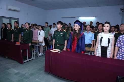 Hồ Quỳnh Hương cùng các thầy cô và các bạn sinh viên chào cờ trước khi nhận quyết định.