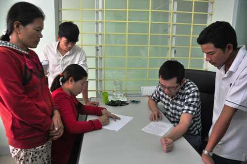 Gia đình em Ng.Th.T làm việc với Đoàn Luật sư tỉnh Quảng Ngãi