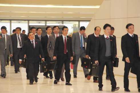 Các đại biểu tham dự Đại hội Đảng XII tiến vào hội trường sáng 20/1. (Ảnh: Quang Tùng)
