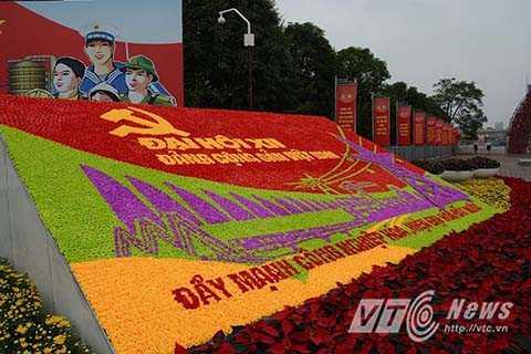 Đường phố tràn ngập sắc màu của cờ và hoa