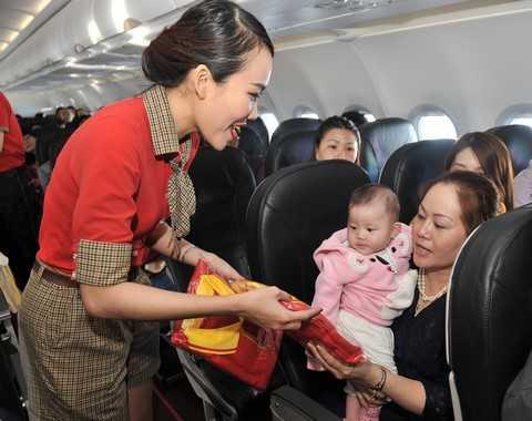 Tặng quà cho hành khách trên chuyến bay khai trương