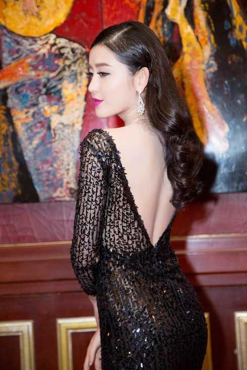 Màu sắc của chiếc đầm giúp người đẹp nổi bật với làn da trắng sứ.
