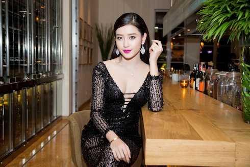 Bên cạnh đó, Á hậu Huyền My còn rất nổi bật trong sự kiện đêm qua khi đeo một bộ trang sức kim cương tổng trị giá lên đến 2 tỷ đồng.