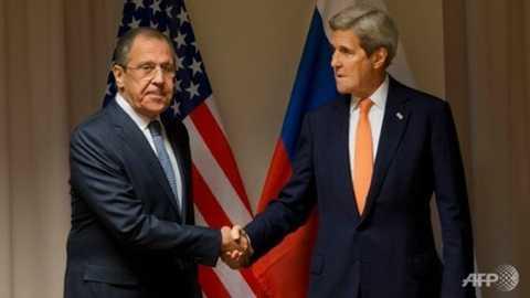 Ngoại trưởng Mỹ John Kerry (phải) bắt tay người đồng cấp Nga Sergei Lavrov tại Zurich - Ảnh: AFP