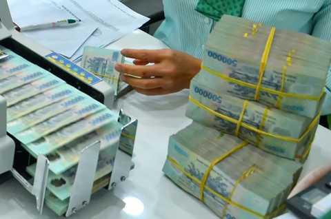 Sau động thái tăng lãi suất huy động   liên tục của các ngân hàng thương mại, NHNN chính thức lên tiếng về việc   cấm lách trần lãi suất