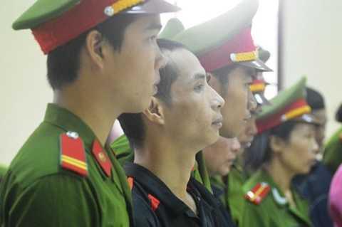 Nguyễn Anh Chiều (áo đen) không đưa ra được tình tiết giảm nhẹ hình phạt. Ảnh:  Văn Được