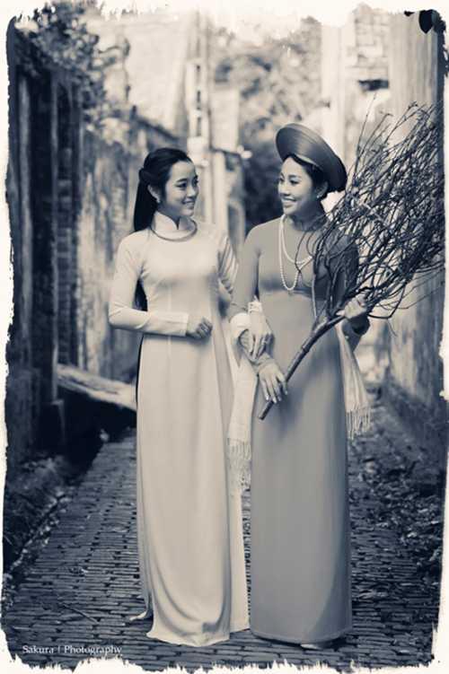 Hai chị em Phương Thanh và Thu Huyền đẹp dịu dàng trong tà áo dài truyền thống.