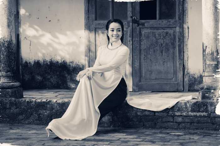 """Với vẻ ngoài xinh đẹp, Thu Huyền (sinh năm   1993) luôn khiến người đối diện liên tưởng ngay đến BTV Hoài Anh - MC   giọng miền Nam đầu tiên """"giữ sóng"""" Bản tin thời sự 19h của Đài truyền   hình Việt Nam."""
