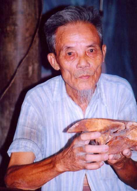 Ông Nguyễn Văn Ao và chiếc sọ rùa của một trong số những con rùa khổng lồ mà ông và nhóm của mình săn được.