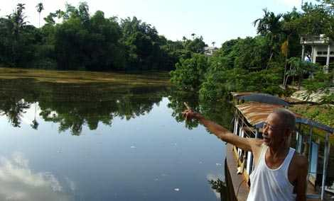 Ông Nguyễn Văn Thường kể rằng, rùa khổng lồ ở đầm Ao Châu là loài cực khỏe. Nếu ở dưới nước, vài chục người cũng không thể vật được nó.