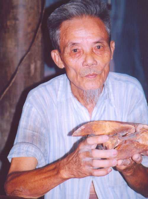 Ông Nguyễn Văn Ao (Phú Thọ) và chiếc sọ của loài mà ông gọi là giải.