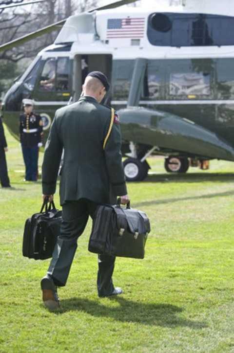 Trợ lí quân sự được giao nhiệm vụ canh giữ chiếc cặp là người được huấn luyện kỹ càng và có kinh nghiệm