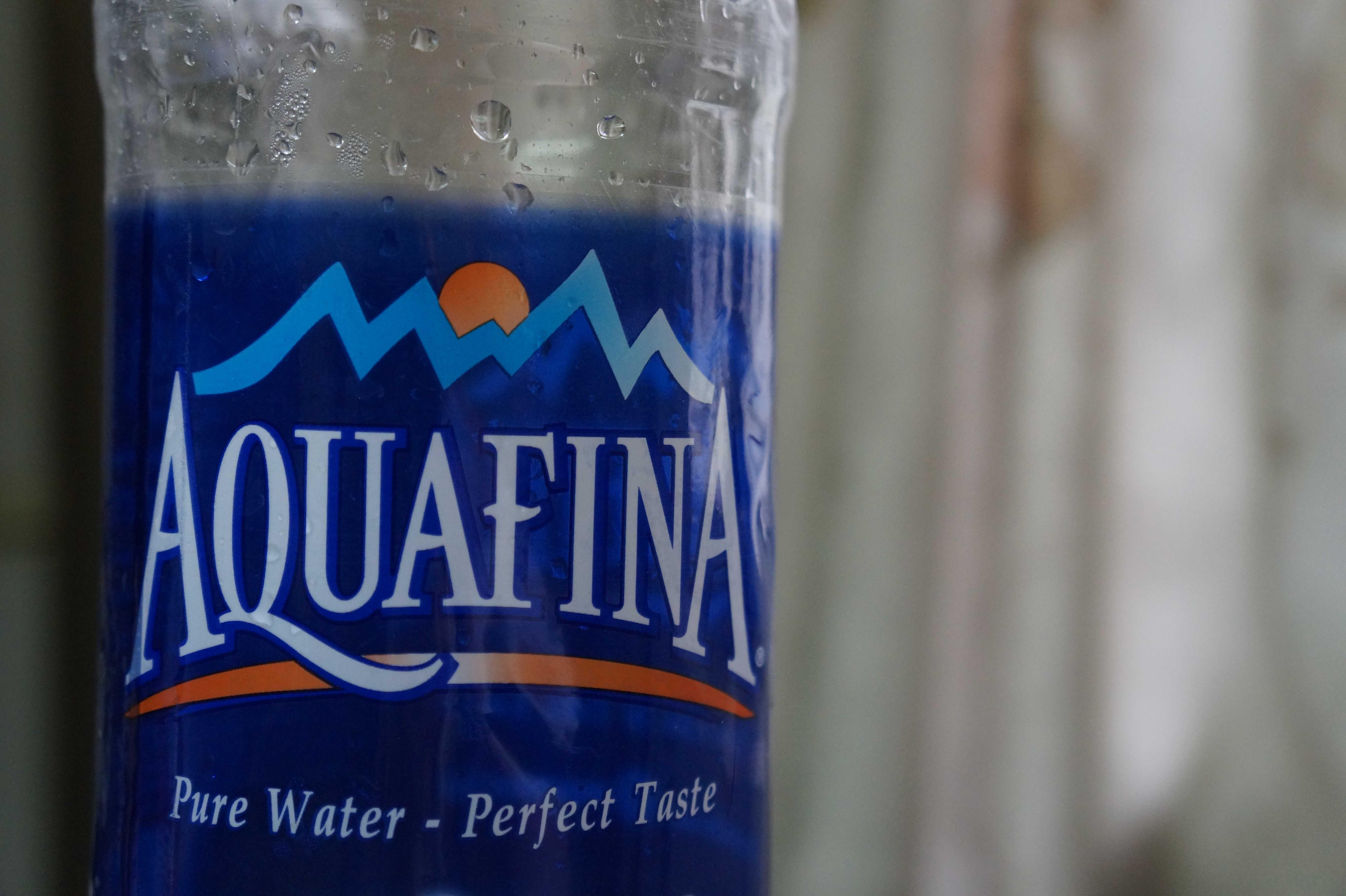 Nhãn chai Aquafina chỉ ghi