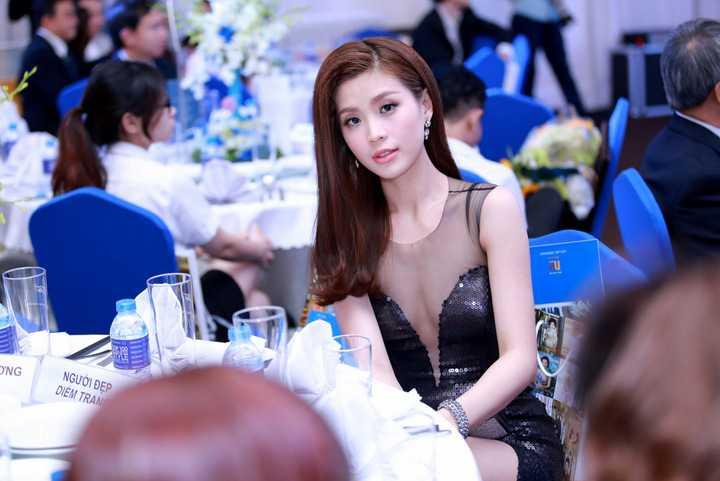 """Bộ váy không chỉ thu hút mọi ống kính mà """"ánh hào quang"""" của nó còn khiến Diễm Trang tỏa sáng trên thảm đỏ."""