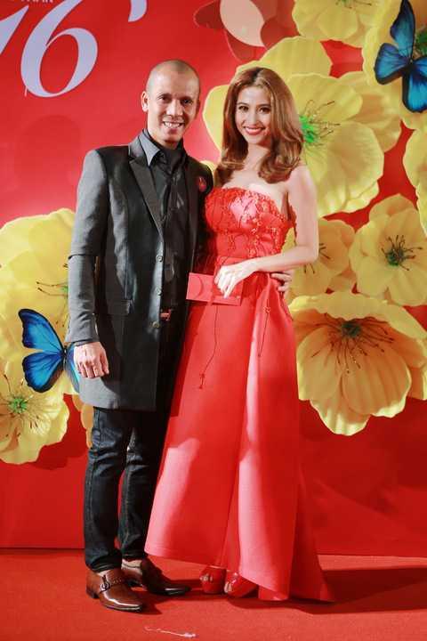 Ca sĩ  Việt My và nghệ sĩ kèn saxophone Minh Tâm Bùi. Cô ca sĩ sexy rạng rỡ trong chiếc đầm đỏ tươi thắm khoe lưng thon.
