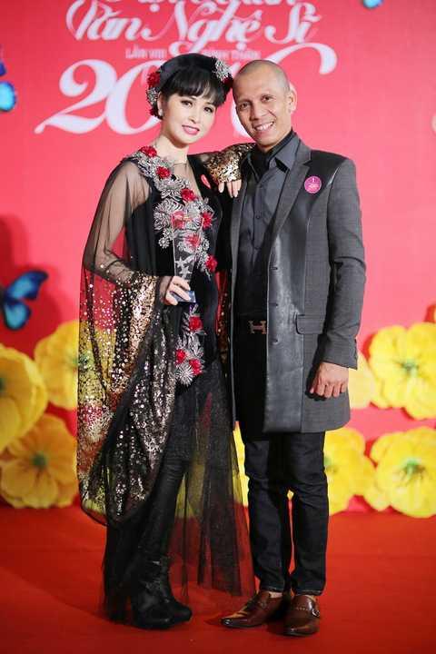 Nghệ sĩ kèn saxophone Minh Tâm Bùi chúc mừng ca sĩ Trang Nhung đoạt giải trang phục ấn tượng