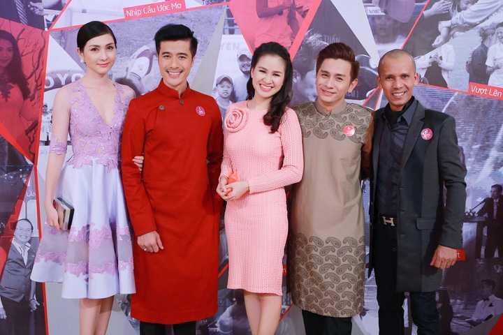 Từ trái qua: Hoa hậu điện ảnh Mai Mai, diễn viên Quang Thảo, MC Ngọc Hương, Đình Toàn và nghệ sĩ kèn saxophone Minh Tâm Bùi