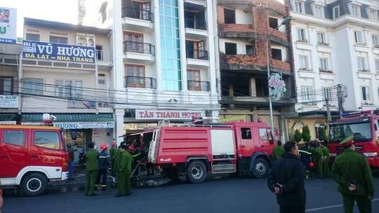 Lực lượng cứu hỏa có mặt tại hiện trường tiến hành dập lửa