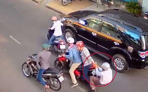Ông Hải (vòng tròn đỏ) bị đối tượng Minh ra cướp tiền, cả 2 đang giằng co trên đường. Ảnh tư liệu