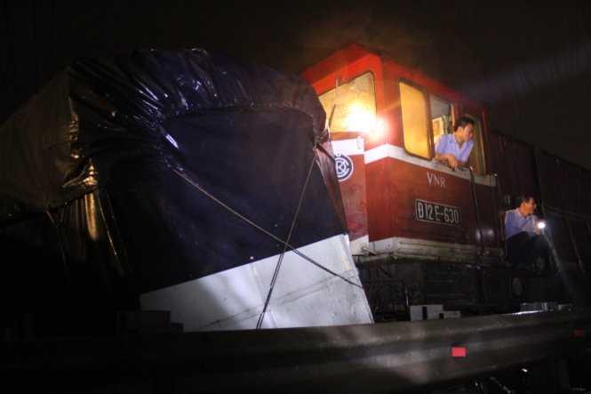 Khung và thùng xe dính vào đầu tàu