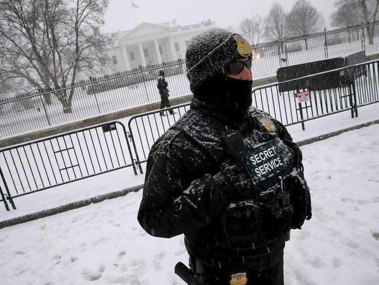 Mật vụ Mỹ đội tuyết làm nhiệm vụ canh gác bên ngoài Nhà Trắng