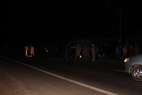 Cơ quan CSGT thị xã Buôn Hồ kiểm tra hiện trường tai nạn Ảnh:Thanh Hải