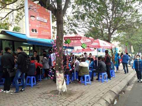 Tại điểm hiến máu xe bus trước cổng trường Đại học Thương Mại rất nhiều người đang ngồi chờ tới lượt hiến máu