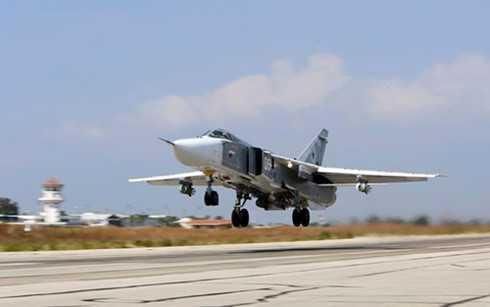 Máy bay Su-24M của Nga cất cánh từ căn cứ quân sự ở Hmeimim, Syria