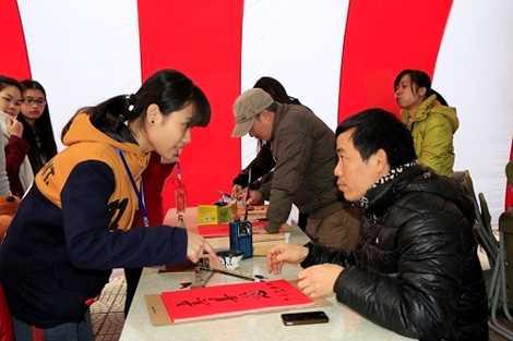 Người hiến máu rất hào hứng với chữ thư pháp, ai cũng muốn xin chữ thật ý nghĩa cho dịp Tết âm lịch để tặng người thân
