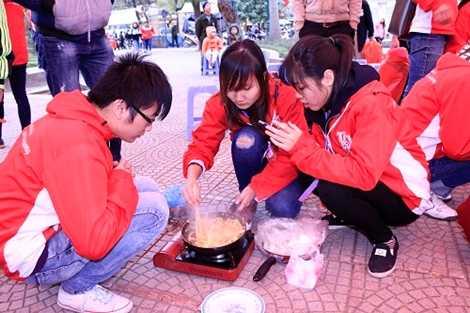 Không chỉ thu hút các bạn nữ mà nhiều bạn nam cũng rất hào hứng với cuộc thi nấu ăn