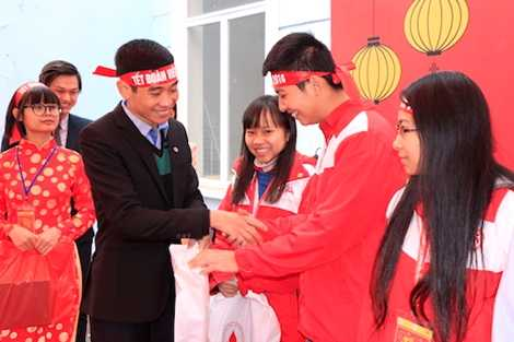 Ông Nguyễn Xuân Thái - Phó trưởng Khoa Vận động và tổ chức hiến máu tặng quà cho các tình nguyện viên xuất sắc