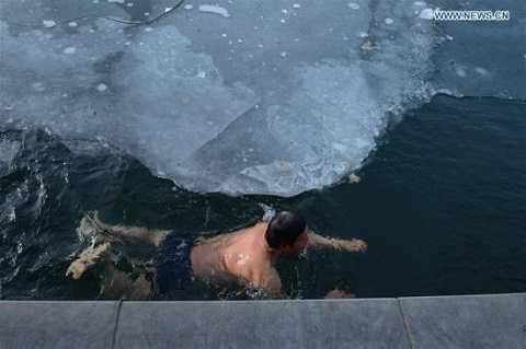 Mặc cho thời tiết buốt giá,  nhiều người vẫn tận hưởng cái lạnh theo cách của riêng mình