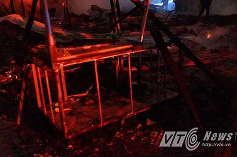 Nhiều đồ đạc của người dân trong khu nhà tạm bị lửa thiêu rụi