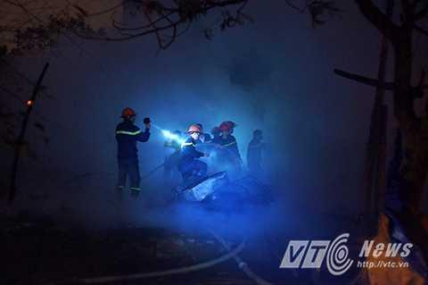 Lực lượng Cảnh sát phòng cháy chữa cháy tiến hành công tác dập lửa, ;àm mát. kiểm tra hiện trường