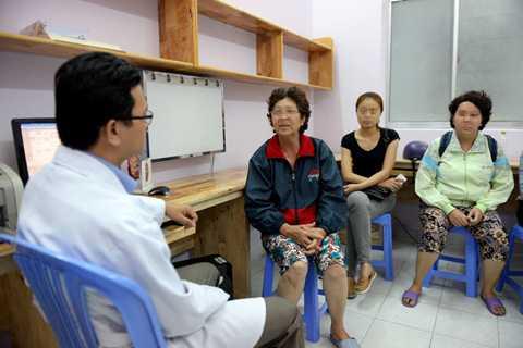 Người dân nghe tư vấn về việc đi khám và điều trị bệnh ở nước ngoài tại một bệnh viện - Ảnh: Hữu Khoa