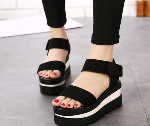 Giày dép platform wedge cũng không phải sự lựa chọn an toàn với phần đế và gót quá dày, cao