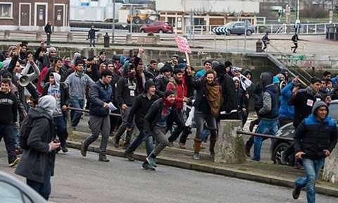 Người nhập cư xông vào cảng Calais của Pháp