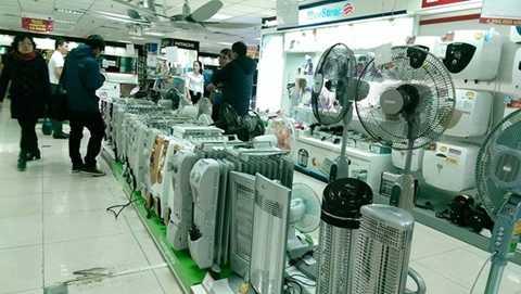 Gian hàng bày bán dòng sản phẩm dành cho mùa đông như máy sưởi, quạt sưởi, bình nóng lạnh, lò vi sóng được nhiều khách hàng quan tâm. Ảnh: N.L.