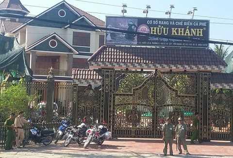 Lực lượng chức năng phong tỏa hiện trường tại Cơ sở cà phê Hữu Khánh. Ảnh: Tuổi Trẻ