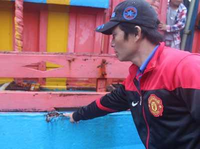 Thuyền trưởng kiêm chủ tàu Biên chỉ một vết tích trên tàu cá do bị tàu tuần tiễn Đài Loan đâm va