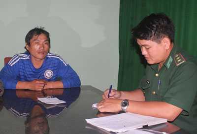 Ngư dân Huỳnh Hà, thuyền viên tàu cá đi trên QNg 90649 Ts đang trình báo với Biên phòng Tịnh Kỳ